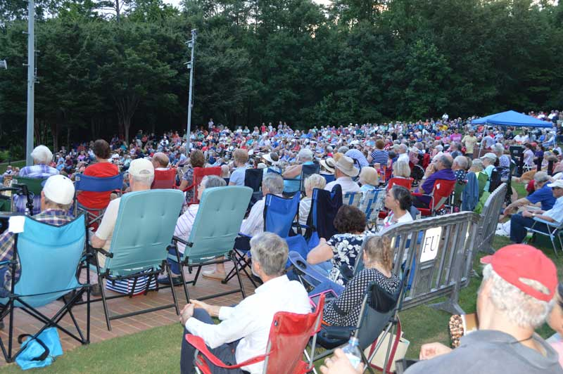 A very large crowd was in attendance for the outdoor concert.